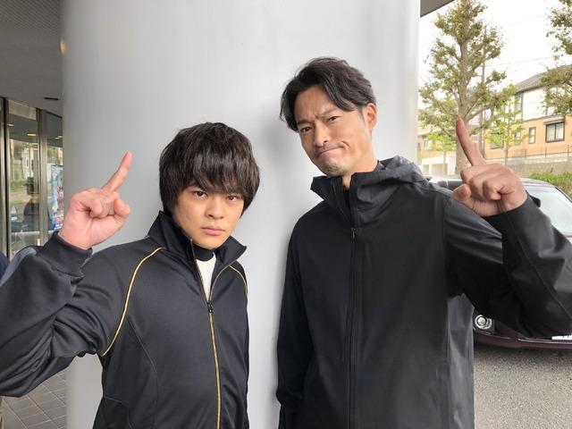 「ニッポンノワール ―刑事Yの反乱―」前川泰之とポーズを決める今井悠貴