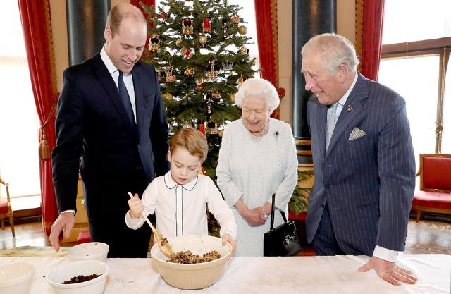 クリスマスケーキを作るジョージ王子 (C) Getty Images