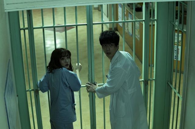 『仮面病棟』(C)2020 映画「仮面病棟」製作委員会