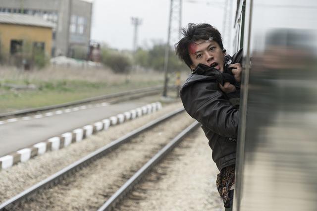 『太陽は動かない』 (C)吉田修一/幻冬舎 (C)2020 映画「太陽は動かない」製作委員会