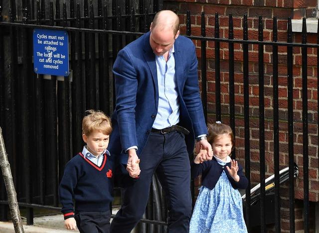ウィリアム王子と一緒に病院へ行くジョージ王子とシャーロット王女(C)Getty Images