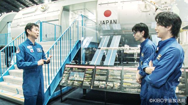 油井宇宙飛行士と番組内容について意見交換する2人