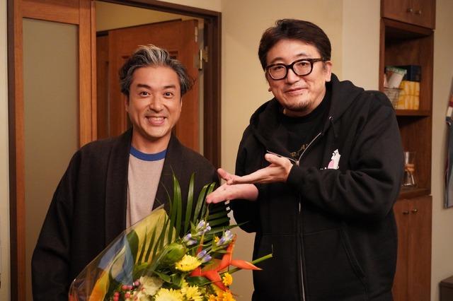 6話を撮り終えて、福田監督から花束をもらうムロ監督「親バカ青春白書」