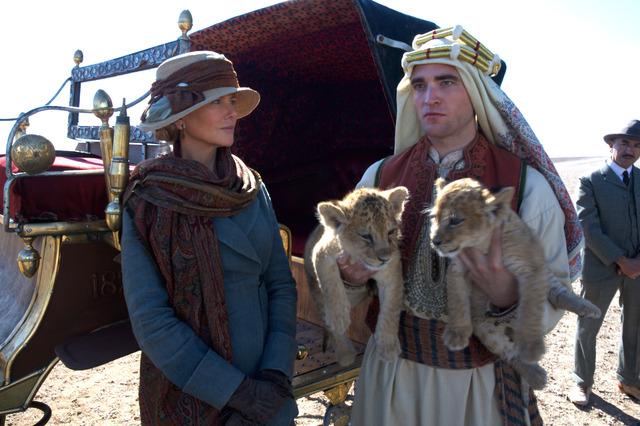 ニコール・キッドマン&ロバート・パティンソン/『アラビアの女王 愛と宿命の日々』 (C)2013 QOTD FILM INVESTMENT LTD. ALL RIGHTS RESERVED.