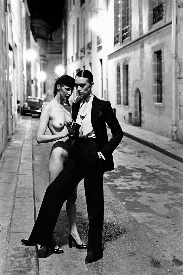 『ヘルムート・ニュートンと12人の女たち』Rue Aubriot, Paris, 1975 (c) Foto Helmut Newton, Helmut Newton Estate Courtesy Helmut Newton Foundation
