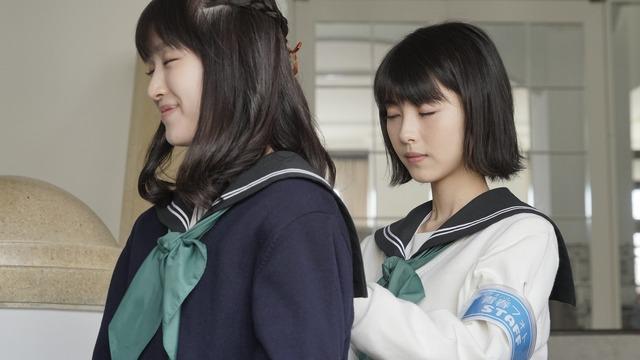 朱里と由奈『思い、思われ、ふり、ふられ』 (C)2020「思い、思われ、ふり、ふられ」製作委員会  (C)咲坂伊緒/集英社