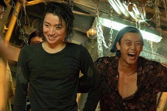 『太陽は動かない』撮影現場(C)吉田修一/幻冬舎 (C)2020「太陽は動かない」製作委員会