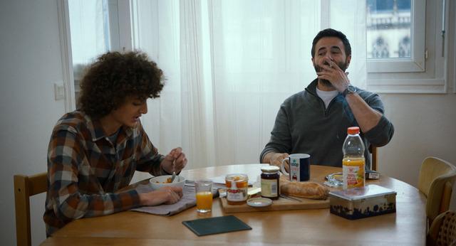 成績優秀な息子を大学に行かせる学費に悩むピエール『ローラとふたりの兄』(C) 2018 NOLITA CINEMA - LES FILMS DU MONSIEUR - TF1 DROITS AUDIOVISUELS - FRANCE 2 CINEMA