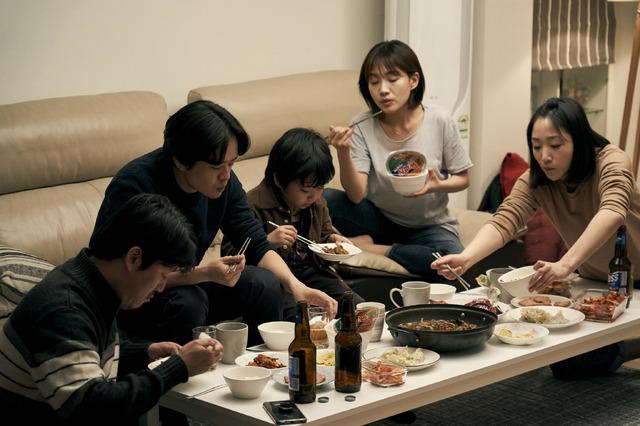 『アジアの天使』ソルたち兄妹の住む家での食事 (c) 2021 The Asian Angel Film Partners