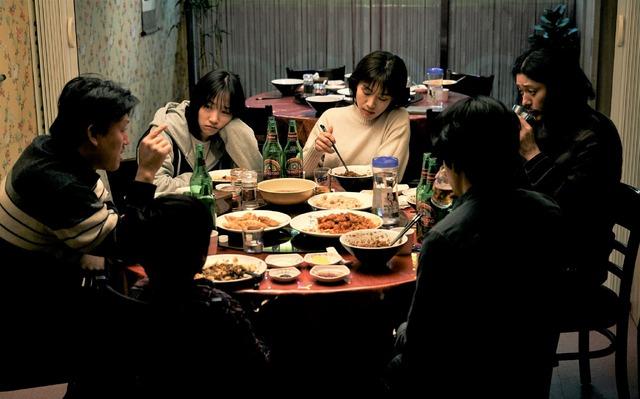 『アジアの天使』中国料理店に立ち寄る6人 (c) 2021 The Asian Angel Film Partners
