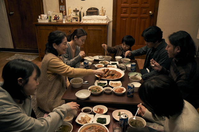 『アジアの天使』ソルの親戚宅で食事 (c) 2021 The Asian Angel Film Partners